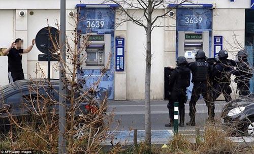 Tay súng điên bắt cóc con tin ở bưu điện gần Paris - 2