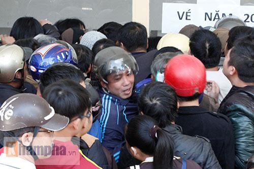 Chen lấn, dẫm đạp mua vé xem Công Phượng, Tuấn Anh - 1
