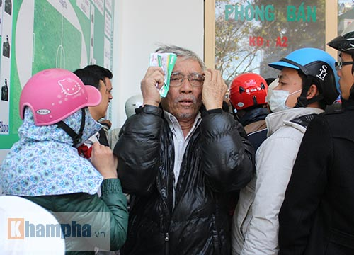Chen lấn, dẫm đạp mua vé xem Công Phượng, Tuấn Anh - 9