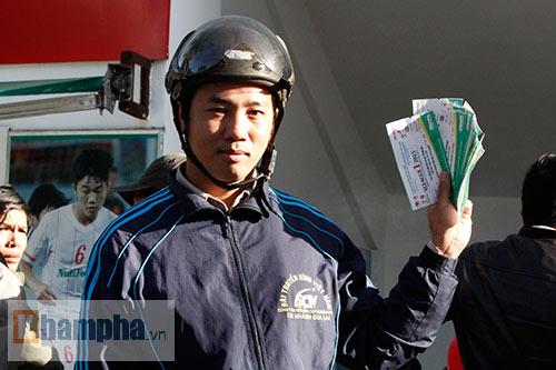 Chen lấn, dẫm đạp mua vé xem Công Phượng, Tuấn Anh - 2
