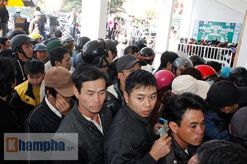 Chen lấn, dẫm đạp mua vé xem Công Phượng, Tuấn Anh - 4