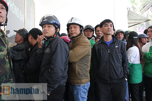 Chen lấn, dẫm đạp mua vé xem Công Phượng, Tuấn Anh - 6