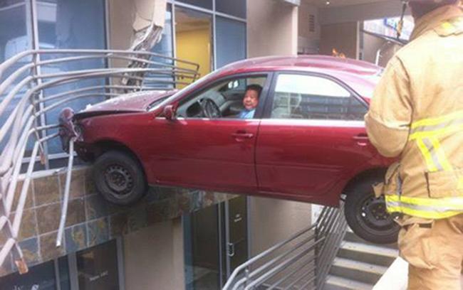 """Cười ngất với những màn đậu xe """"khó đỡ"""" của tài xế - 4"""