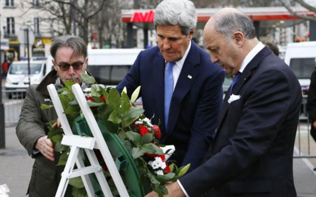 Ngoại trưởng Mỹ tới hiện trường thảm sát ở Paris viếng các nạn nhân - 1