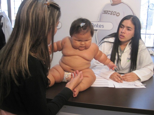 Bé gái 10 tháng tuổi cân nặng như trẻ 5 tuổi - 2