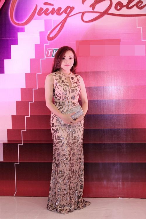 """""""Gái 1 con"""" Quỳnh Chi khoe vai trần bên Quyền Linh - 6"""
