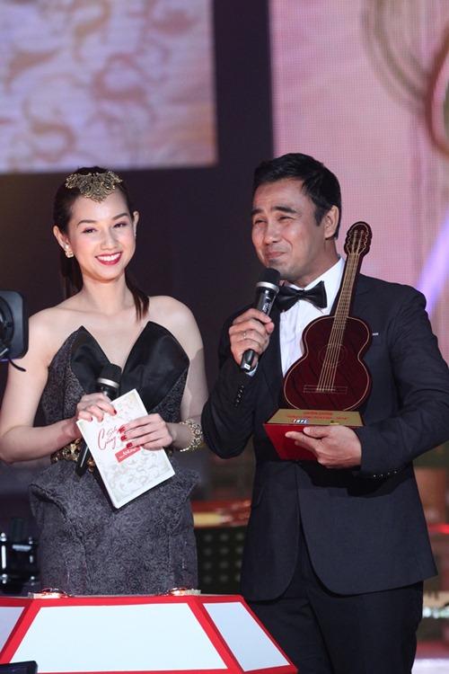 """""""Gái 1 con"""" Quỳnh Chi khoe vai trần bên Quyền Linh - 2"""