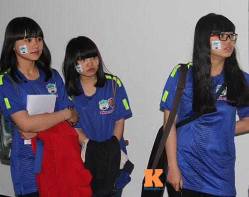Fan nữ đột nhập sân Pleiku chụp hình với Công Phượng - 1