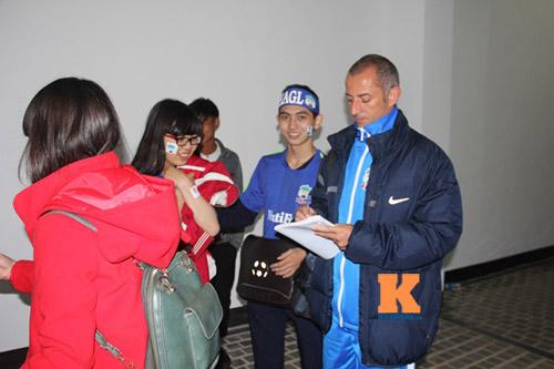 Fan nữ đột nhập sân Pleiku chụp hình với Công Phượng - 4