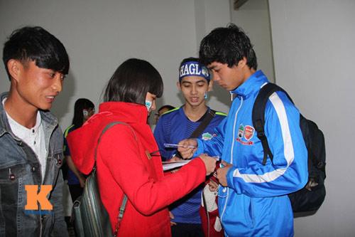 Fan nữ đột nhập sân Pleiku chụp hình với Công Phượng - 7