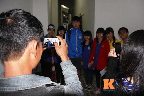 Fan nữ đột nhập sân Pleiku chụp hình với Công Phượng - 8