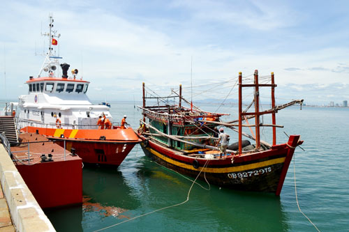 Cứu nạn thành công 12 thuyền viên bị trôi dạt trên biển - 1