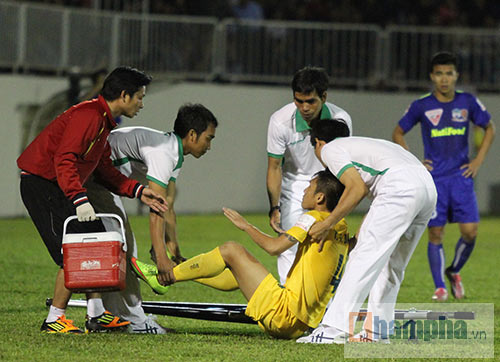 """HLV đội Thanh Hoá """"phàn nàn"""" Công Phượng """"ăn vạ"""" - 8"""