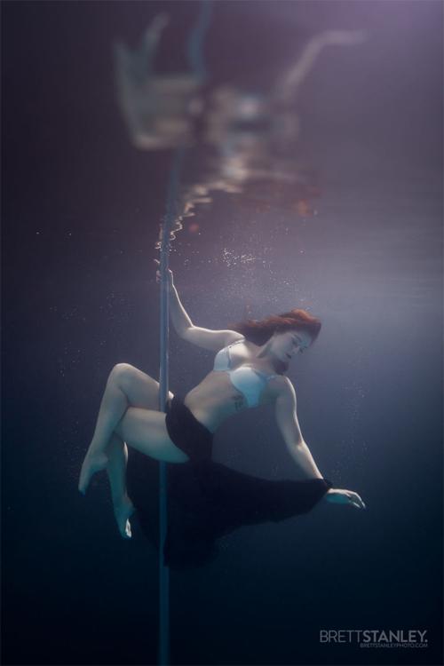 Vẻ đẹp của vũ công múa cột dưới nước - 2