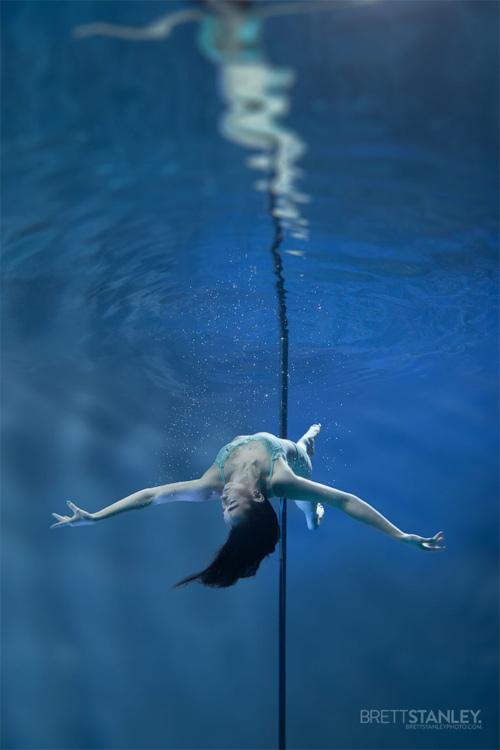 Vẻ đẹp của vũ công múa cột dưới nước - 10