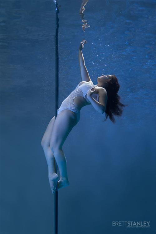Vẻ đẹp của vũ công múa cột dưới nước - 11