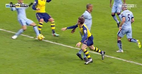 Kompany mắc bẫy Monreal, Man City bị thổi penalty - 1