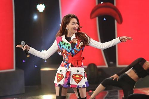"""Hà Hồ diện trang phục siêu nhân """"đốt cháy"""" sân khấu hài - 5"""