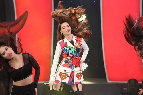 """Hà Hồ diện trang phục siêu nhân """"đốt cháy"""" sân khấu hài - 3"""