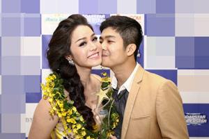 Chồng Nhật Kim Anh hôn chúc mừng vợ thành Quán quân