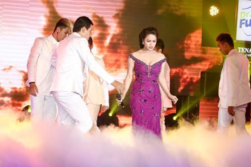 Chồng Nhật Kim Anh hôn chúc mừng vợ thành Quán quân - 3