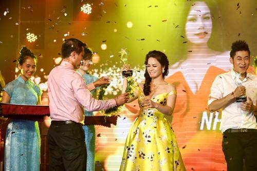 Chồng Nhật Kim Anh hôn chúc mừng vợ thành Quán quân - 1