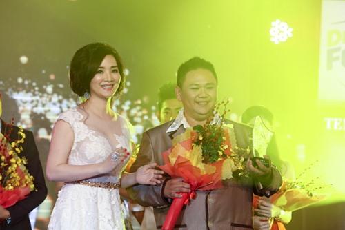 Chồng Nhật Kim Anh hôn chúc mừng vợ thành Quán quân - 6