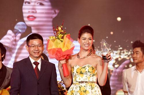 Chồng Nhật Kim Anh hôn chúc mừng vợ thành Quán quân - 9