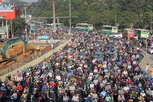 """Đèn giao thông ngưng hoạt động, xa lộ Hà Nội """"tê liệt"""" - 2"""