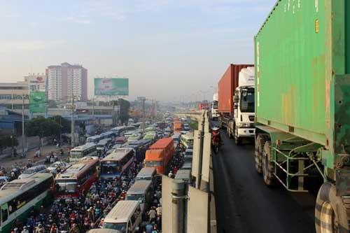 """Đèn giao thông ngưng hoạt động, xa lộ Hà Nội """"tê liệt"""" - 5"""