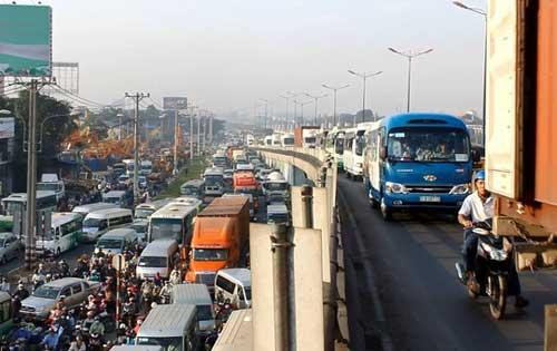 """Đèn giao thông ngưng hoạt động, xa lộ Hà Nội """"tê liệt"""" - 6"""