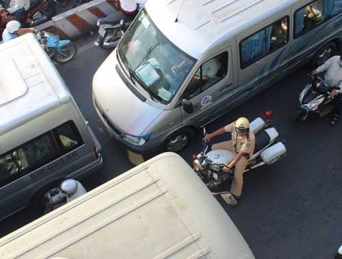 """Đèn giao thông ngưng hoạt động, xa lộ Hà Nội """"tê liệt"""" - 7"""