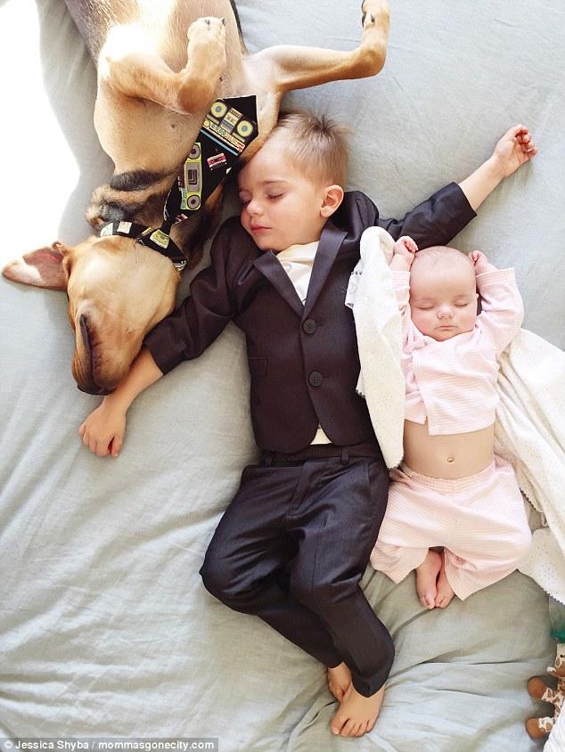 Những tư thế ngủ đáng yêu của hai anh em và chú chó - 7