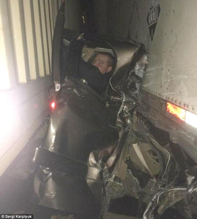 Mỹ: Bị 2 xe tải kẹp cứng vẫn thoát chết thần kỳ - 1