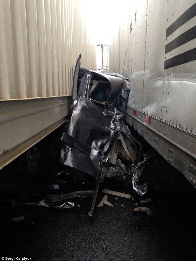 Mỹ: Bị 2 xe tải kẹp cứng vẫn thoát chết thần kỳ - 2