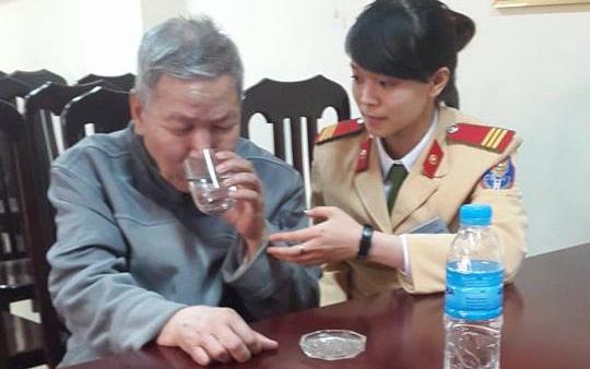 Đi lạc, cụ ông 65 tuổi được CSGT Hà Nội đưa về nhà - 1