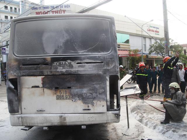 TP.HCM: ô tô đưa đón học sinh bốc cháy giữa đường - 1