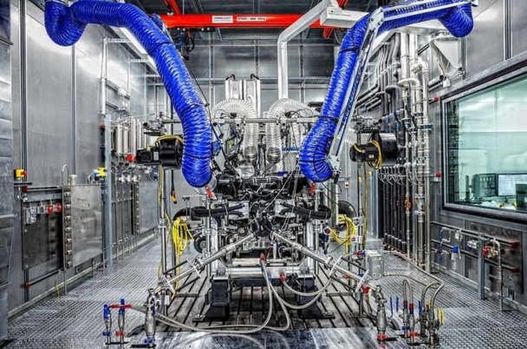 Mercedes thay động cơ mới thách thức Nissan GTR - 1