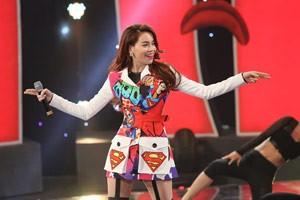 """Hà Hồ diện trang phục siêu nhân """"đốt cháy"""" sân khấu hài"""