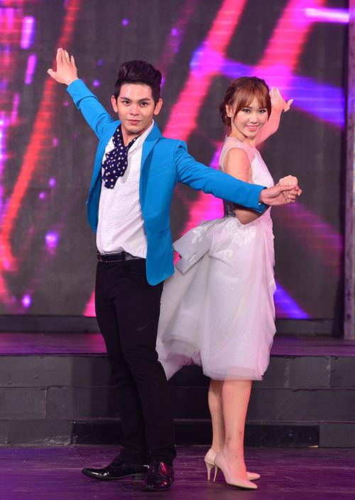 Hari Won mặc váy xẻ ngực, hát nhảy gợi cảm - 1