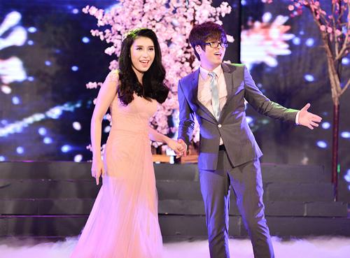 Hari Won mặc váy xẻ ngực, hát nhảy gợi cảm - 6