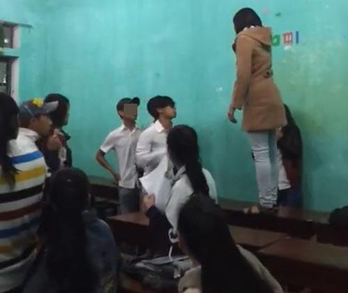 Nữ sinh túm tóc, đánh giáo viên ngay trên bục giảng - 1