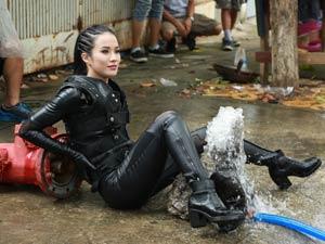 """Diệp Lâm Anh liên tục gặp """"tai nạn"""" trong phim Tết"""
