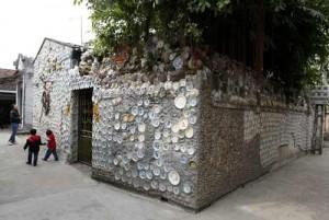 Ngôi nhà được đắp gần 1 vạn cổ vật gốm và 230kg tiền xu