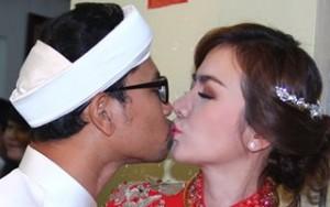 Huỳnh Đông hôn môi cô dâu trong lễ cưới