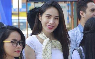 Clip Thủy Tiên về quê cùng sinh viên đón Tết