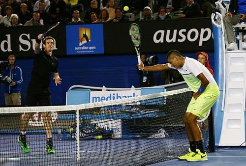 Hài hước: Kyrgios giơ vợt kê bóng kiểu bóng chuyền - 1