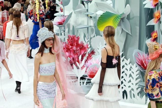 Loạt ảnh không thể bỏ lỡ ở tuần lễ thời trang Paris - 1