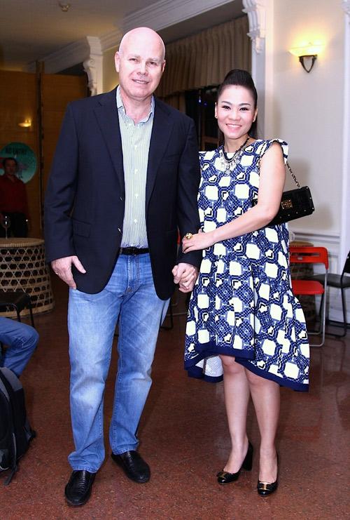Vợ Đăng Khôi mặc xuyên thấu, đối lập bà bầu Thu Minh - 6