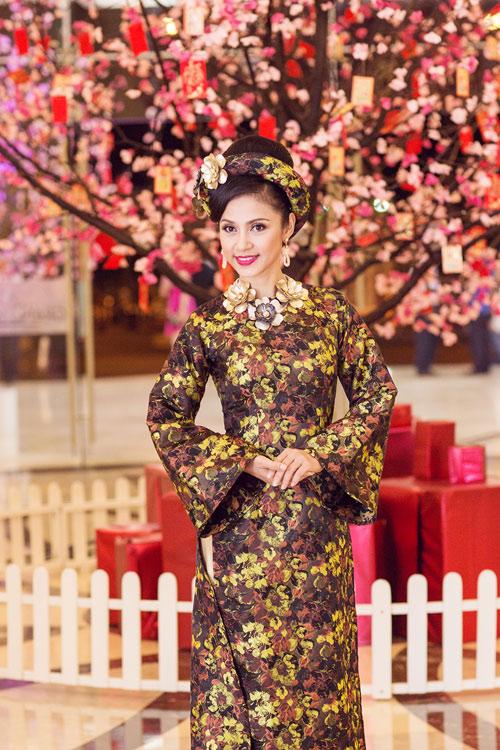 Việt Trinh hóa bà hoàng quyền lực mùa Xuân - 1
